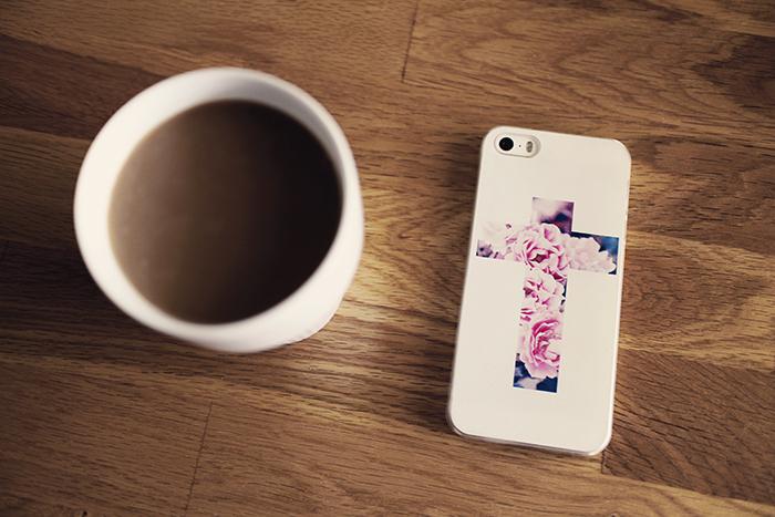 kaffe_mobilskal_blommigt_kors_1_webben